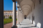 Columns and shadows. Arch pathway at the Certosa di San Martino museum. — Stock Photo