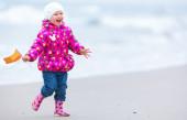 Cute girl is running on the beach — Stock Photo