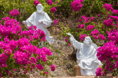 White sculptures in the garden of flowers. Vung Tau city — Stock Photo