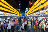 Keelung Miaokou night market, famous throughout Taiwan for its large selection of affordable food — Stock Photo