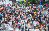 Shibuya pedestrian crossing with crowd. Tokyo, Japan — Stock Photo