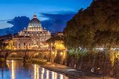 夜、ローマのサンピエトロ大聖堂 — ストック写真