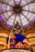 クリスマス期間中にパリのギャラリー ・ ラファイエット — ストック写真
