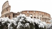 Coliseum with snow, Rome. — Stock Photo