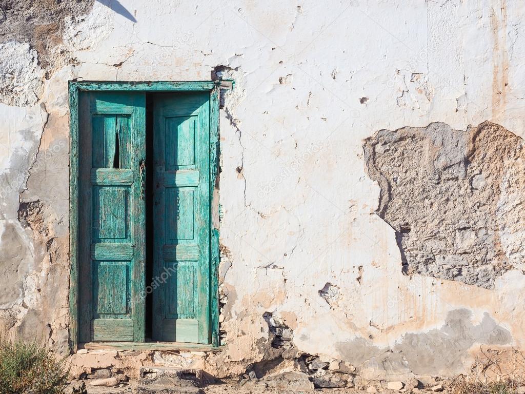 Antigua casa podrida con una puerta de madera verde for Imagenes de puertas de madera antiguas