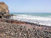 Stony beach at the coast of the Atlantic ocean, Fuerteventura — Stock Photo