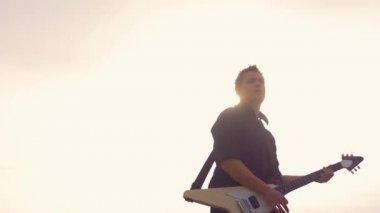 Expressive guitarist. — Stock Video