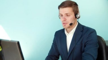 Man solves the problem of the customer call center — Stock Video