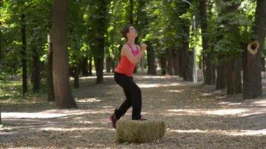 在公园里锻炼。双脚运动 — 图库视频影像