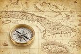 Mapa antigo do pirata com bússola de bronze — Fotografia Stock