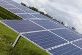 Feld mit blauen Siliciom Solarzellen Alternativenergie — Stockfoto
