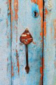 Old tacky blue door with vintage handle and keyhole, wooden texture — Stock Photo