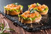 Canapés com salmão defumado — Fotografia Stock