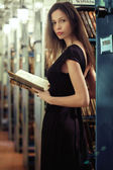 Bir kitapla kütüphanede kız — Stok fotoğraf