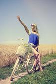 Sexy blonde excité près blanc vélo dans la campagne de l'été — Photo