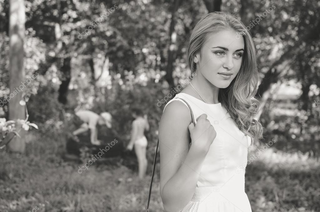 Картинки красивой девушки блондинки черно белая