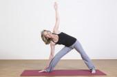Frau Übungen yoga — Stockfoto