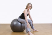 Woman exercises with pilates ball — Zdjęcie stockowe