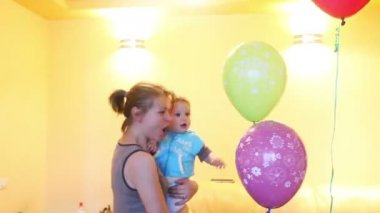 Mother and boy playing with balloons — Stock Video