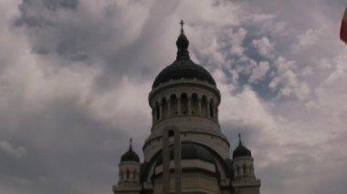 背景に曇り空の教会 — ストックビデオ