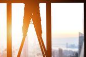 Silhouette d'ouvrier du bâtiment sur échelle — Photo