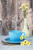 Blue coffee cup with yellow flowers — Fotografia Stock