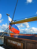 Russian flag on the stern of a sailboat — Stock Photo
