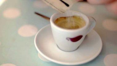 Caffe aanbrengend suiker op stijlvolle pastel achtergrond met stippen in slow motion — Stockvideo