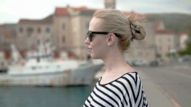 Blonde tourist girl enjoying the windblown and looking around — Stock Video