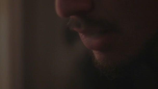 Hombre con barba fumando un cigarrillo — Vídeo de stock