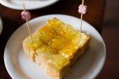 Oplatky plněné slaninou a hlávkový salát. — Stock fotografie