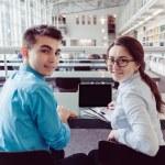 Jonge studenten die studeren met tablet pc in de bibliotheek — Stockfoto #77569352