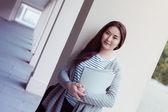 Uśmiechający się nastolatka z folderów w uniersity — Zdjęcie stockowe