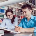 Jonge studenten studeren in de bibliotheek — Stockfoto #77570892