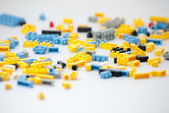 Kunststoff-spielzeug blöcke auf weißem hintergrund — Stockfoto