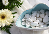 Wedding rings on sea pebbles — Stock Photo