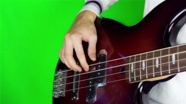 Człowiek gra gitara basowa. — Wideo stockowe
