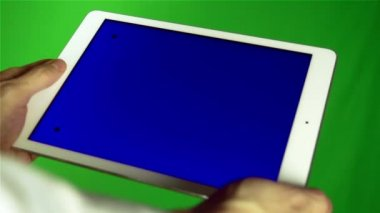 Using Tablet Pc With Blue Screen — Stockvideo