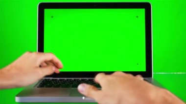 Using Laptop with Green Screen — Stock video