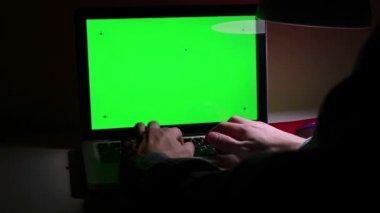 Een man een laptop gebruikt op zijn desktop. — Stockvideo