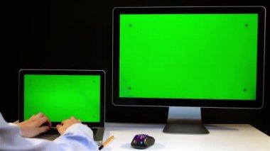 Homme travaillant sur l'ordinateur portable et l'affichage avec un écran vert — Vidéo