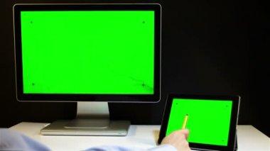 平板电脑和一个绿色的屏幕显示 — 图库视频影像