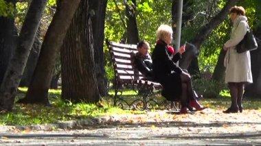Grupp kvinnor röker i parken. Perm, Ryssland, September 2015 — Stockvideo