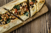 Turkish pide tortilla with chicken, cheese, tomatoes and herbs — Stock Photo