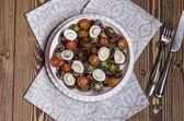 樱桃番茄蘑菇和鹌鹑蛋蓝奶酪调味的沙拉 — 图库照片