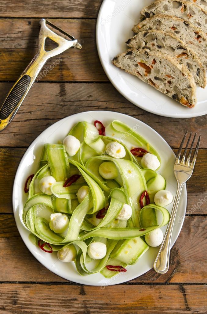 zucchini salat mit mini mozzarella und chili von jamie oliver und hackbraten mit champignons. Black Bedroom Furniture Sets. Home Design Ideas