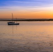 小船在一条河在日落 — 图库照片