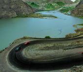 Cars on road near Tortum Lake, Turkey — Stock Photo