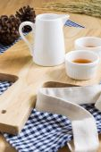 Wood Texture Cutting Plate with Cups of Tea — Stock Photo