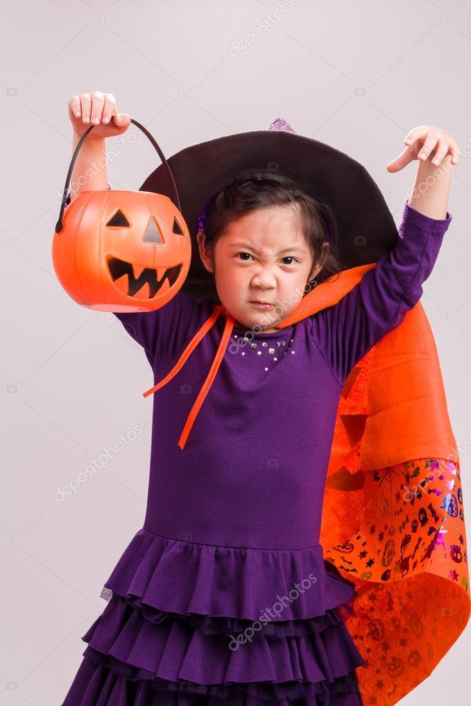 child in halloween costume with big foto de supparsorn